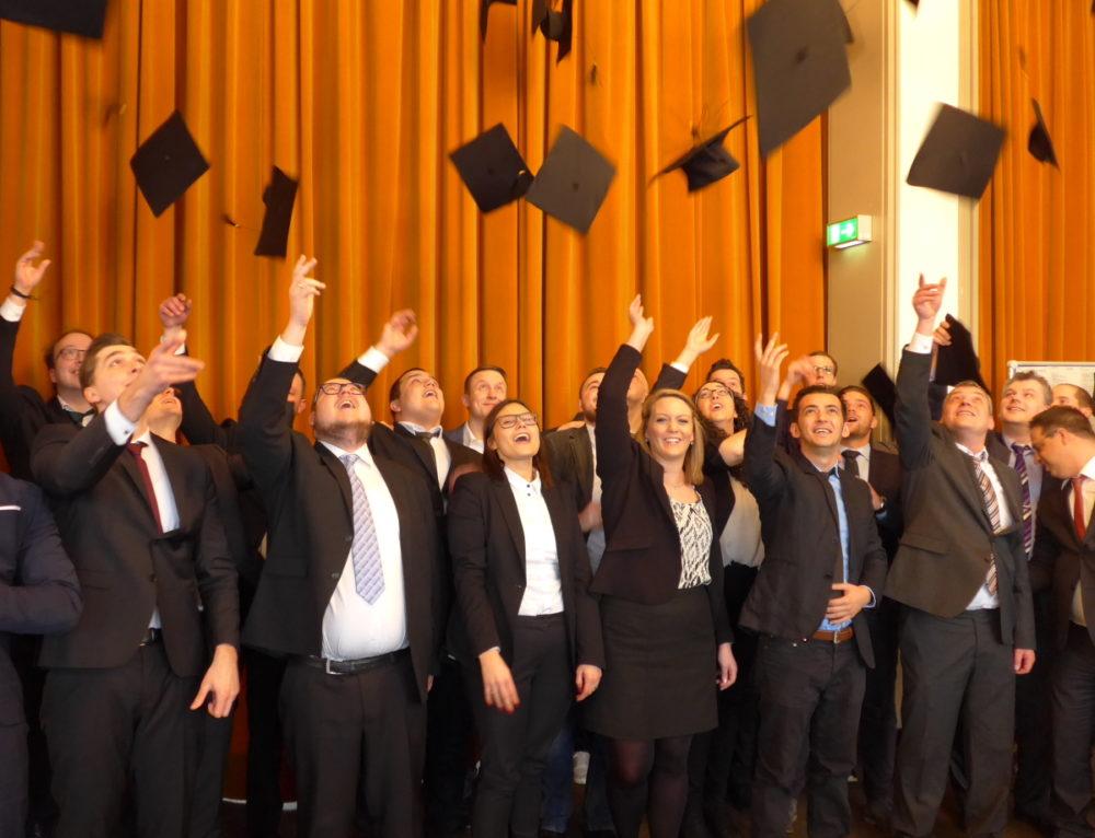 """""""Ein Hoch auf uns"""" – so feierten die Studierenden der WF 13 ihren Abschied von der Fachschule."""